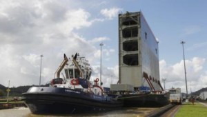 TUGBOATS HELP A BARGE TRANSPORTING THE LAST ROLLING GATE FOR THE NEW LOCKS ON THE PACIFIC SIDE OF THE PANAMA CANAL THROUGH THE MIRAFLORES LOCKS IN PANAMA CITY DECEMBER 10, 2014. | PHOTO: REUTERS